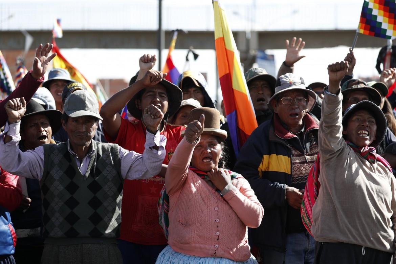 Protesta indigena a El Alto contro il governo golpista dell'autoproclamata Jeanine Añez