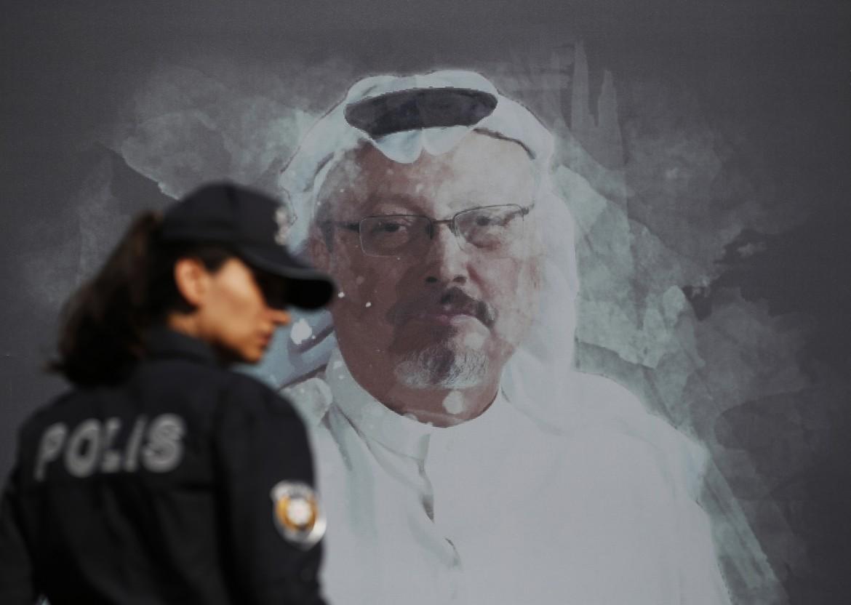 La foto del giornalista Jamal Khashoggi durante la commemorazione a Istanbul il 2 ottobre scorso