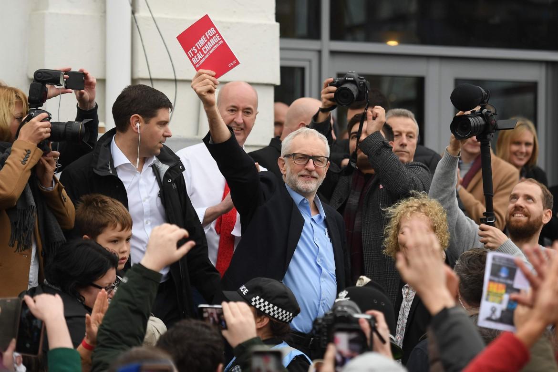 Jeremy Corbyn in campagna elettorale a Swansea, nel sud del Galles