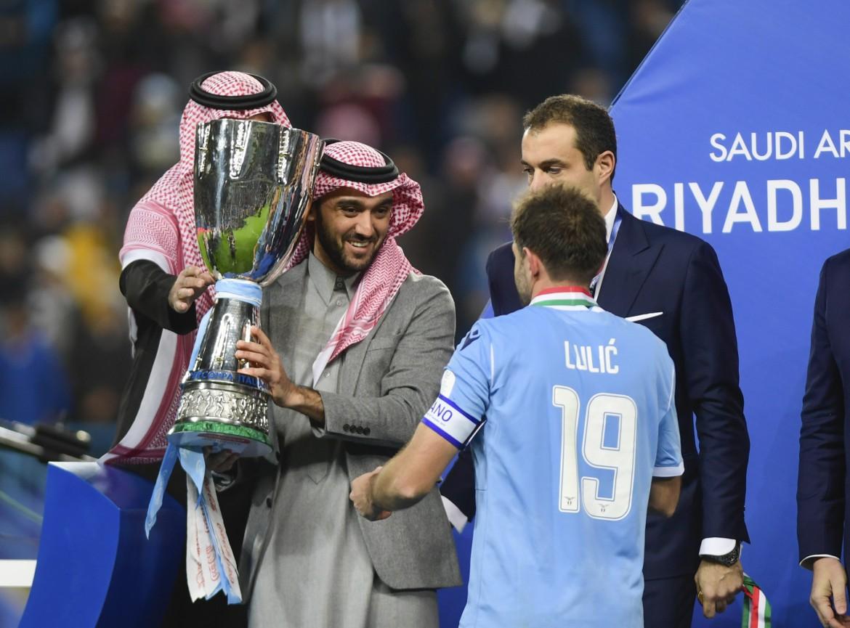 Riad, il capitano laziale Senad Lulic riceve la Supercoppa italiana dalle mani del principe saudita Abdelaziz bin Turki al-Faisal