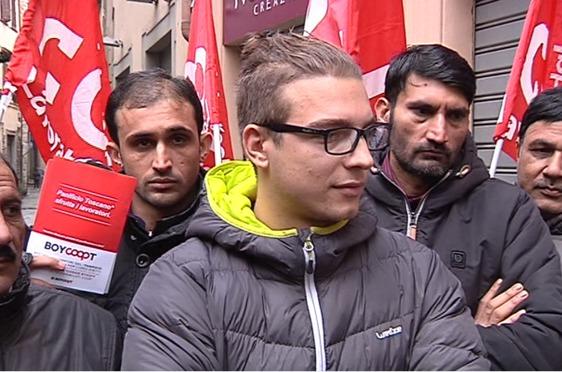 Luca Toscano del Si Cobas e i lavoratori della tintoria Superlativa di Prato