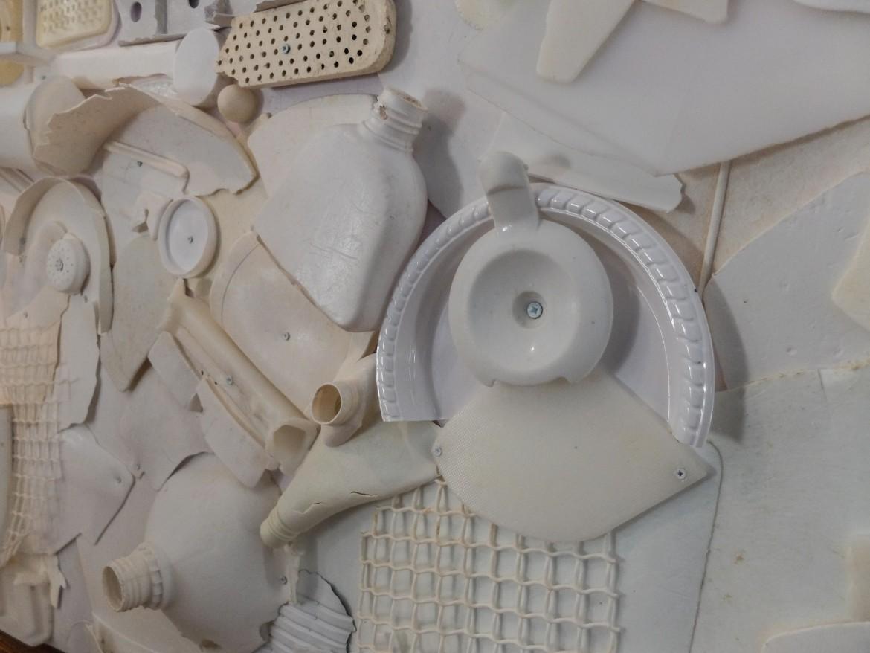 Un lavoro dell'artista Annarita Serra con la plastica recuperata in mare
