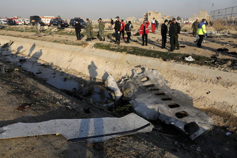 Teheran, i resti del Boeing ucraino precipitato al suolo
