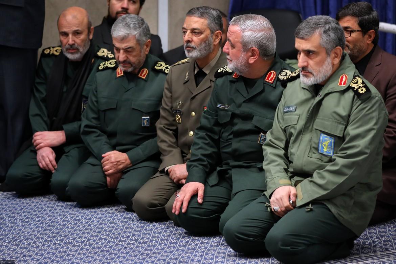 Vertici militari iraniani in preghiera per Soleimani. Il primo a destra è il generale Amir Ali Hajizadeh, capo delle forze aeree dei pasdaran