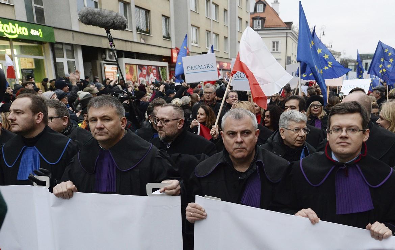 Per le strade di Varsavia la marcia silenziosa di giudici e avvocati contro il governo