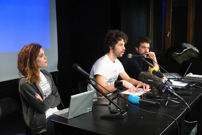 La conferenza stampa delle sardine, ieri a Bologna. Da sinistra Giulia Trappoloni, Andrea Garreffa e Mattia Santori