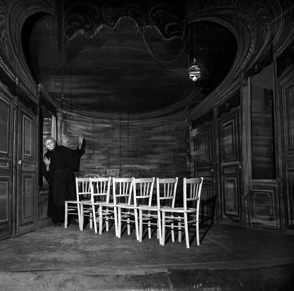Tsilla Chelton  in Les Chaises (Le sedie) di Eugène Ionesco, allestimento di Jacques Mauclair, Parigi, Studio  des Champs-Élysées, febbraio 1956