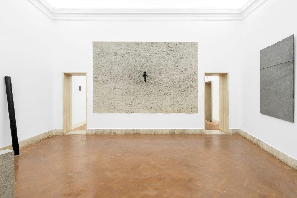 Una sala della mostra di Giovanni Anselmo all'Accademia Nazionale di San Luca: al centro,