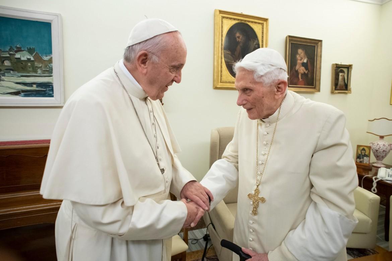 Stretta di mano  tra papa Francesco e il papa emerito Benedetto XVI
