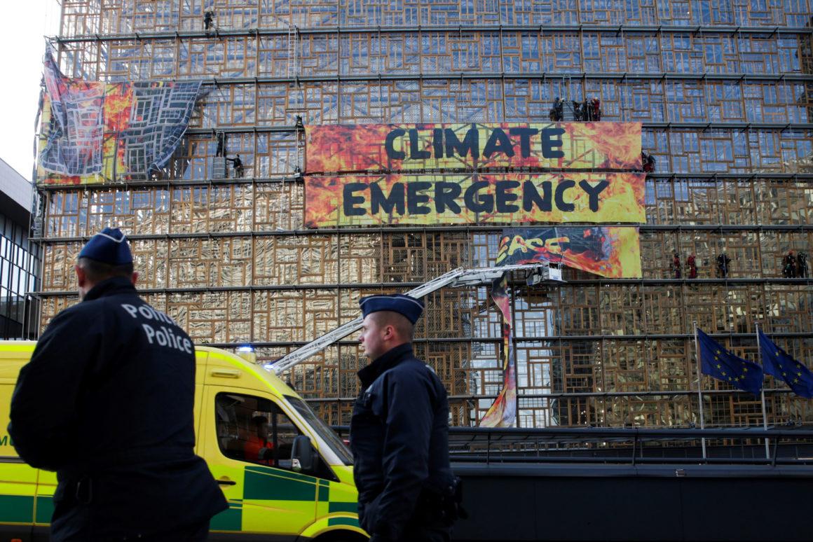Azione di Greenpeace a Bruxelles; in basso la presidente della Commissione europea Ursula von der Leyen