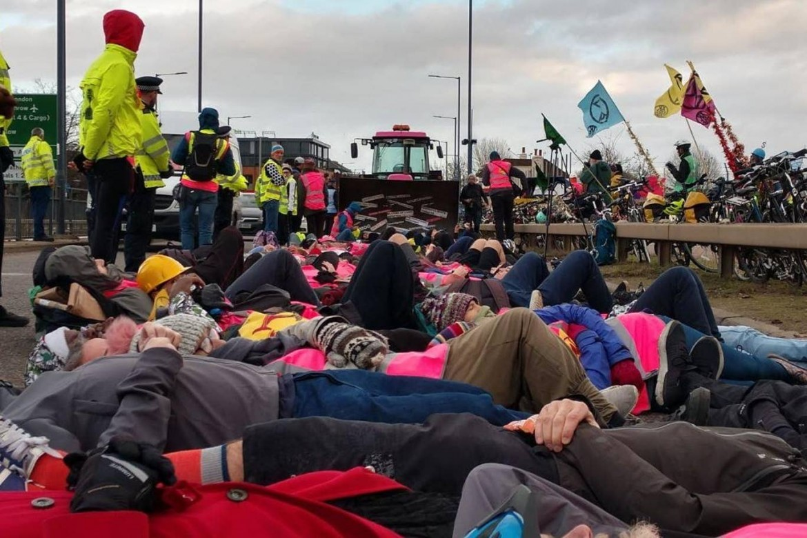 Azione di protesta di Extinction Rebellion all'aeroporto di Heathrow a Londra
