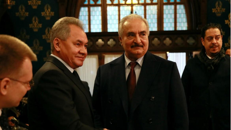 Khalifa Haftar stringe la mano al ministro della Difesa russo Sergei Shoigu prima dell'inizio dei colloqui a Mosca