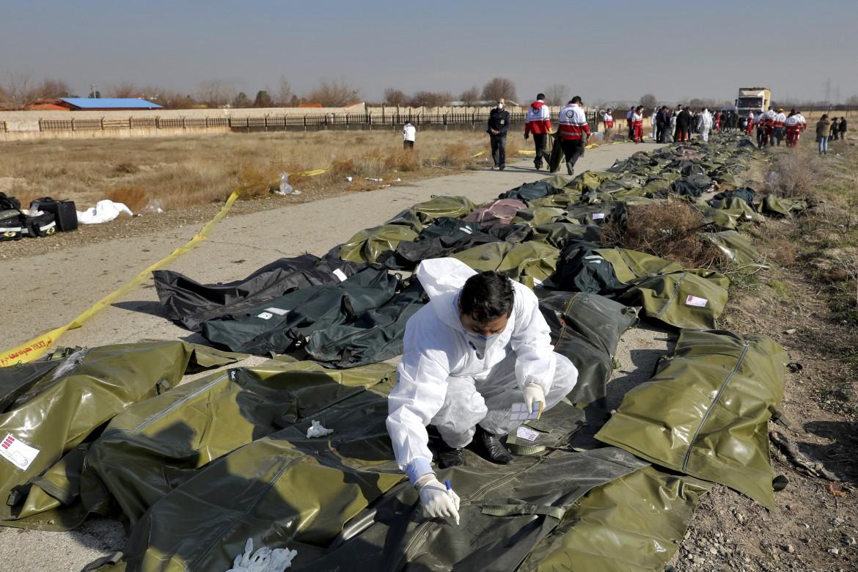 I rilievi della polizia scientifica iraniana sul luogo in cui è precipitato l'aereo