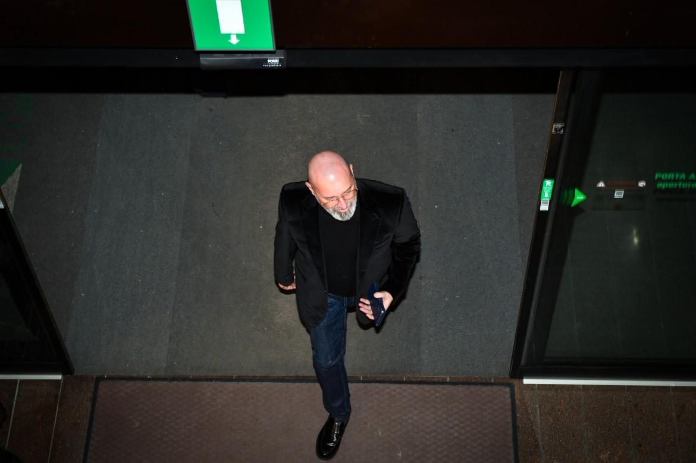 Stefano Bonaccini entra nel quartier generale dopo i risultati della notte