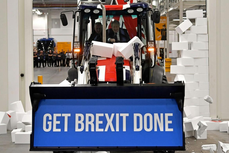 Boris Johnson sulla ruspa durante la campagna elettorale