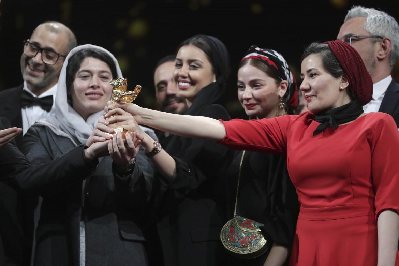Il cast e i produttori di «There is No Evil» con l'Orso d'oro