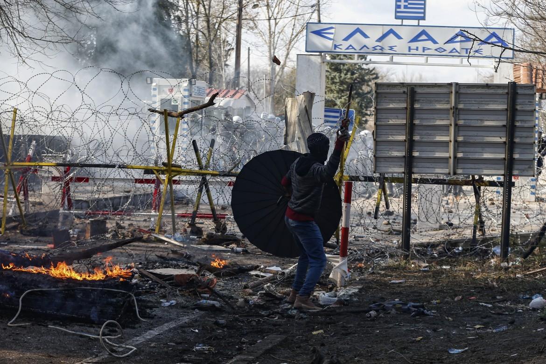 Al confine tra Turchia e Grecia, al valico di Pazarkule, lacrimogeni e granate stordenti contro i migranti in arrivo
