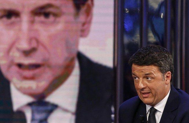 Matteo Renzi (Iv) e sullo sfondo il premier Conte