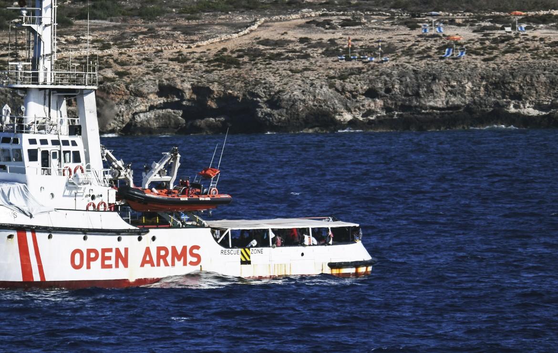 La Open Arms al largo di Lampedusa lo scorso agosto; in basso Matteo Salvini