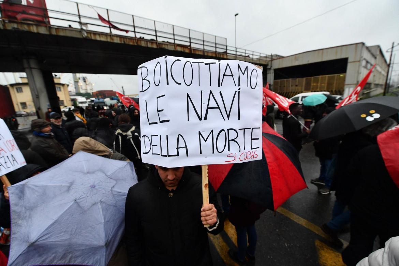 Il presidio fuori il porto di Genova contro l'attracco della Bahri Yanbu