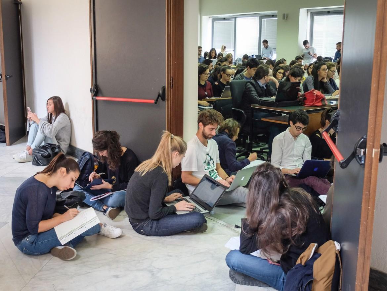 Una lezione sovraffollata a giurisprudenza, università Statale di Milano