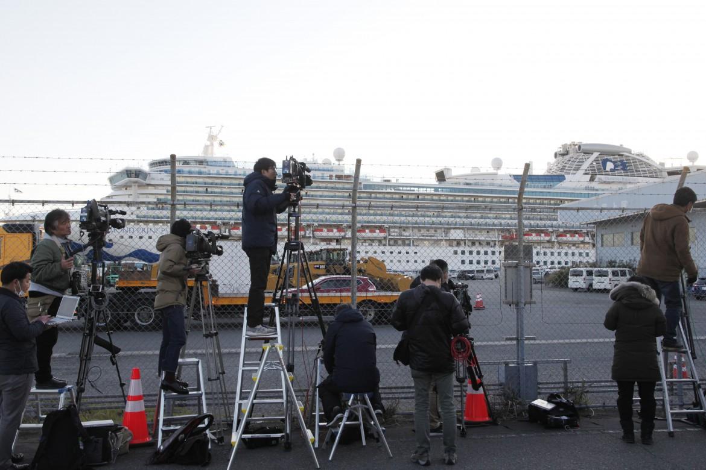La Diamond Princess al largo del porto di Yokohama