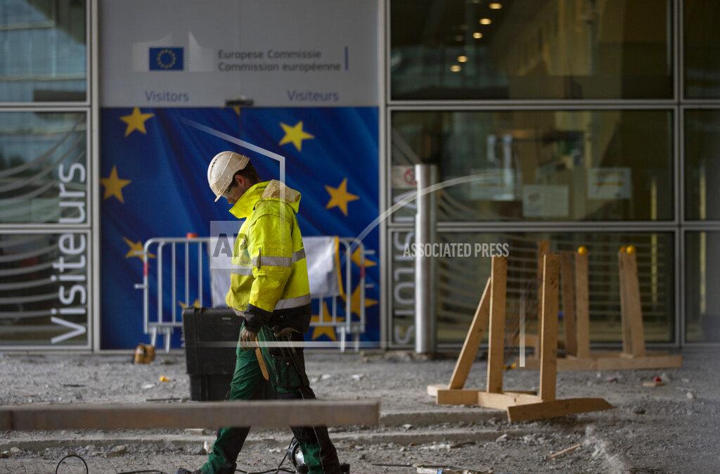 Un lavoratore inglese con dietro la bandiera dell'Unione Europea