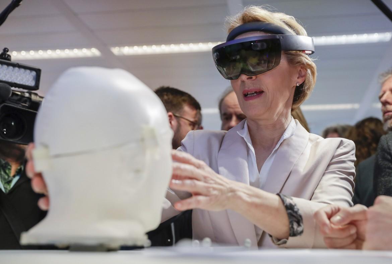La presidente della Commissione Ue Ursula Von Der Leyen in un centro ricerca sull'Intelligenza artificiale dell'università Vrije a Bruxelles