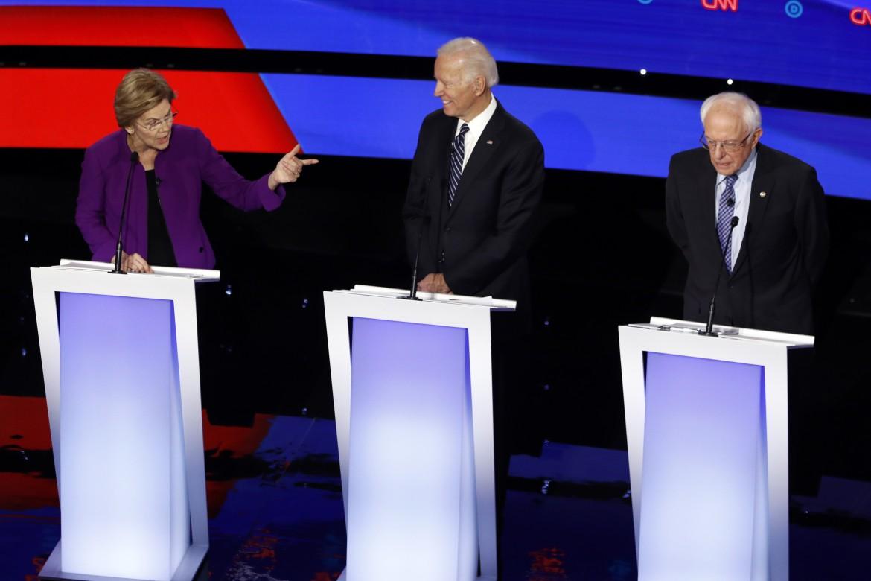 Elizabeth Warren, Joe Biden e Bernie Sanders durante il dibattito ospitato dalla Cnn in Iowa