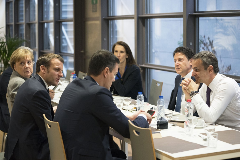 Il presidente del Consiglio Giuseppe Conte al tavolo con Macron durante il Consiglio europeo