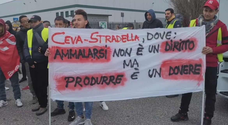 Una protesta dei lavoratori alla Città del libro di Stradella (Pavia)