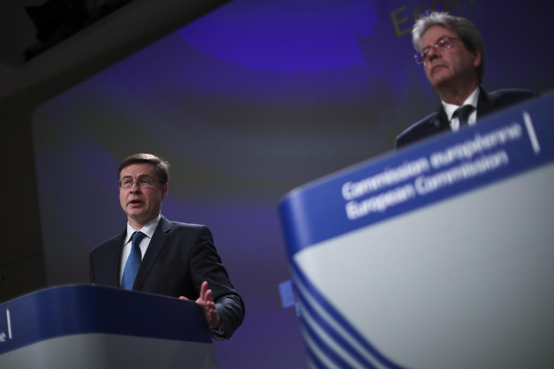 Il vicepresidente della Commissione Ue Valdis Dombrovskis e il commissario all'economia Paolo Gentiloni