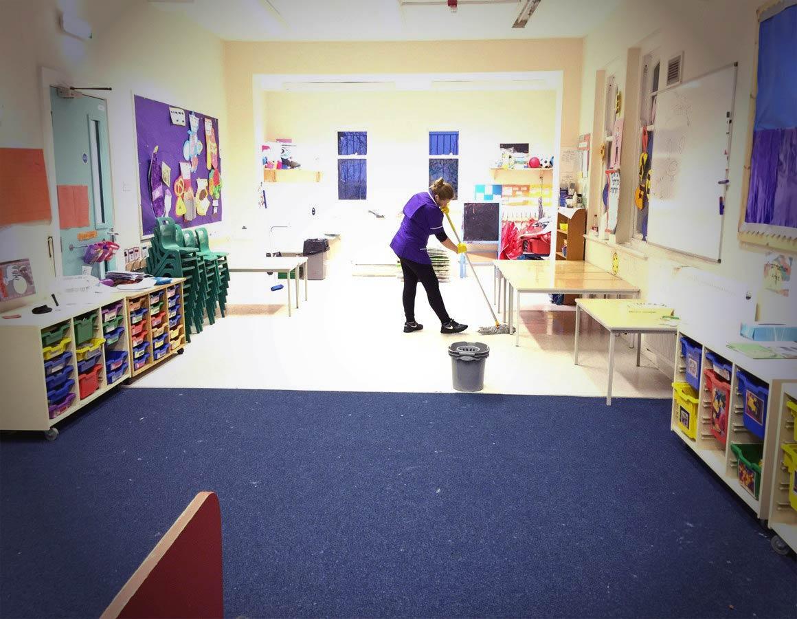 Una lavoratrice delle pulizie nelle scuole