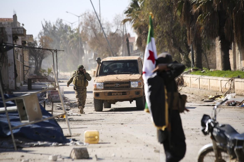 Miliziani filo-turchi nella città di Saraqeb