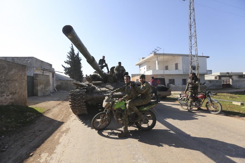 Miliziani filo-turchi nella città siriana di Saraqeb, a Idlib