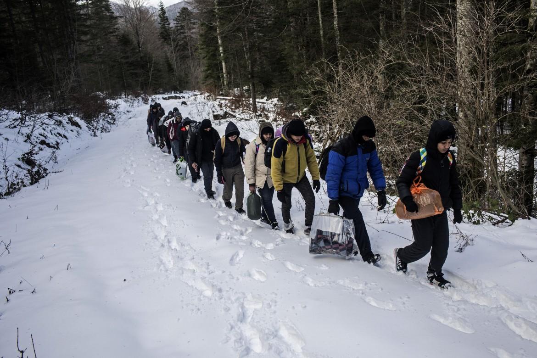 Migranti in marcia, nella Bosnia nord-occidentale, verso il confine croato