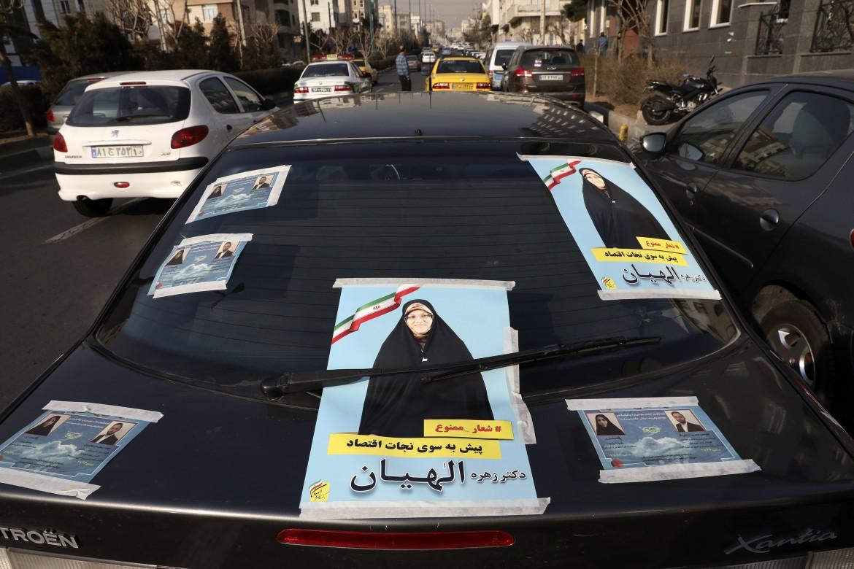 Teheran, manifesti elettorali sulle auto