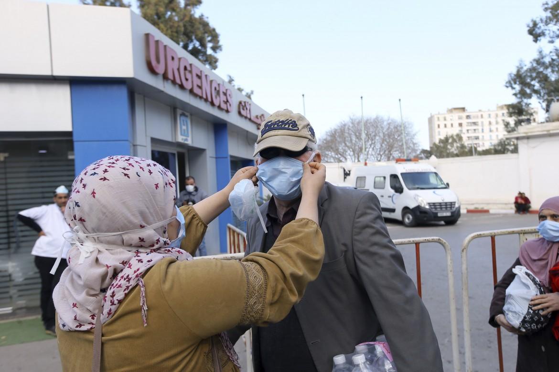 Di fronte alla clinica di Algeri in cui sono stati sottoposti al test tutti coloro che sono entrati i  contatto con il cittadino italiano risultato positivo