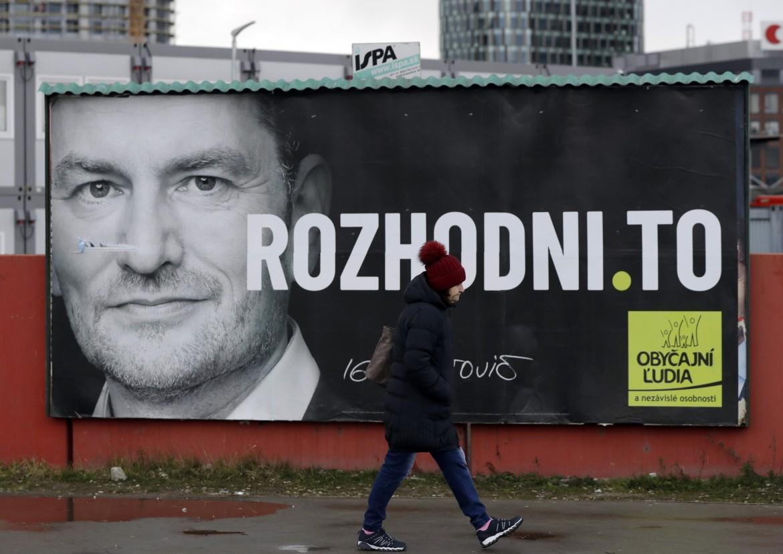Bratislava, manifesto elettorale del partito favorito, Gente Comune e Personalità Indipendenti (Olano), del deputato populista Igor Matovic