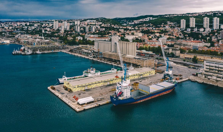Fiume vista dal porto; in basso il sindaco Vojko Obersnel e il grattacielo con la stella titina com'era negli anni della Jugoslavia