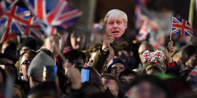 La festa Brexit venerdì sera a Londra; in basso la protesta di Led by Donkeys