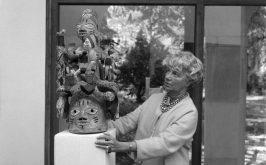 Peggy Guggenheim e un copricapo Ago Egungun XX secolo foto Archivio Cameraphoto Epoche The Solomon R Guggenheim Foundation