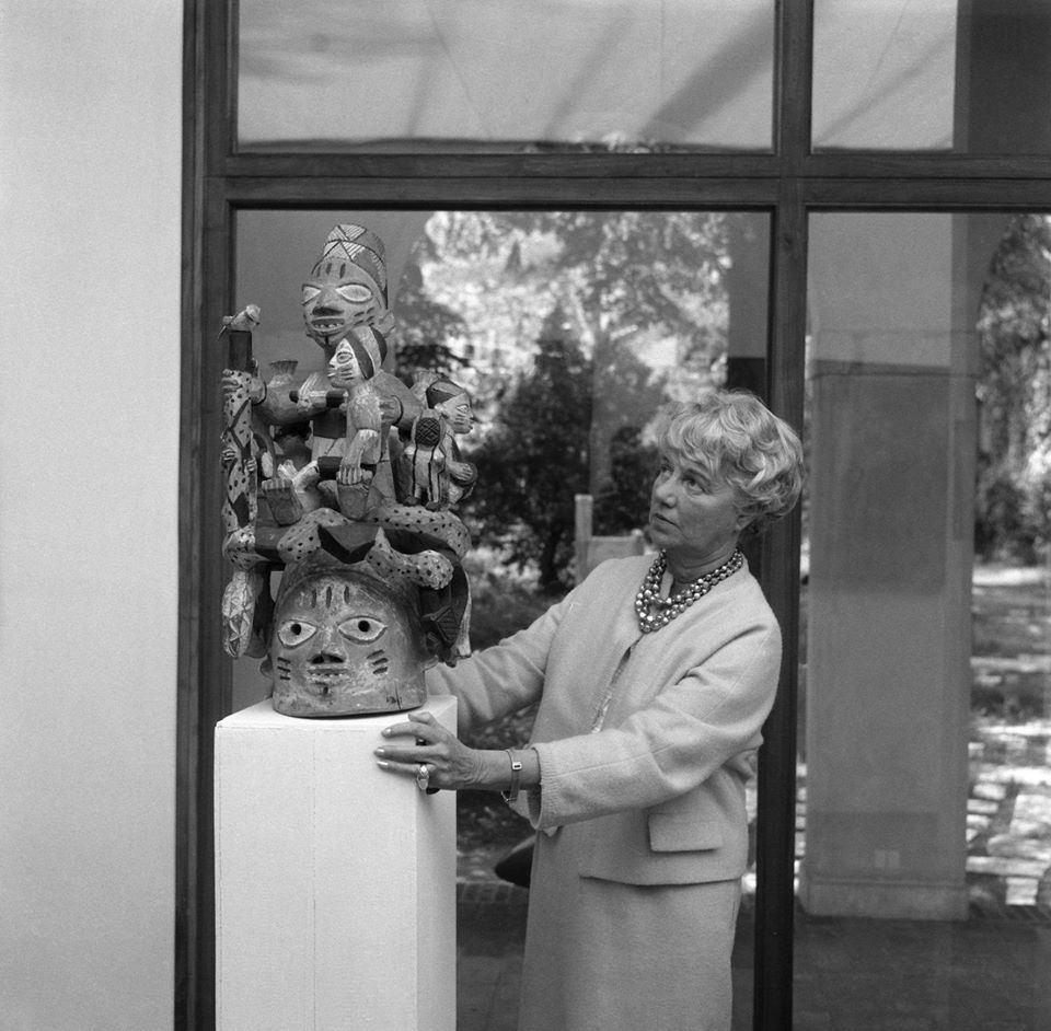 Peggy Guggenheim e un copricapo Ago Egungun, XX secolo, foto Archivio Cameraphoto Epoche, The Solomon R. Guggenheim Foundation