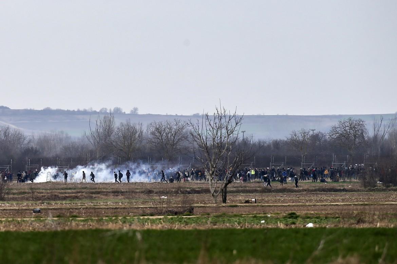 Pazarkule, migranti al confine tra Turchia e Grecia respinti con gas lacrimogeni e granate stordenti