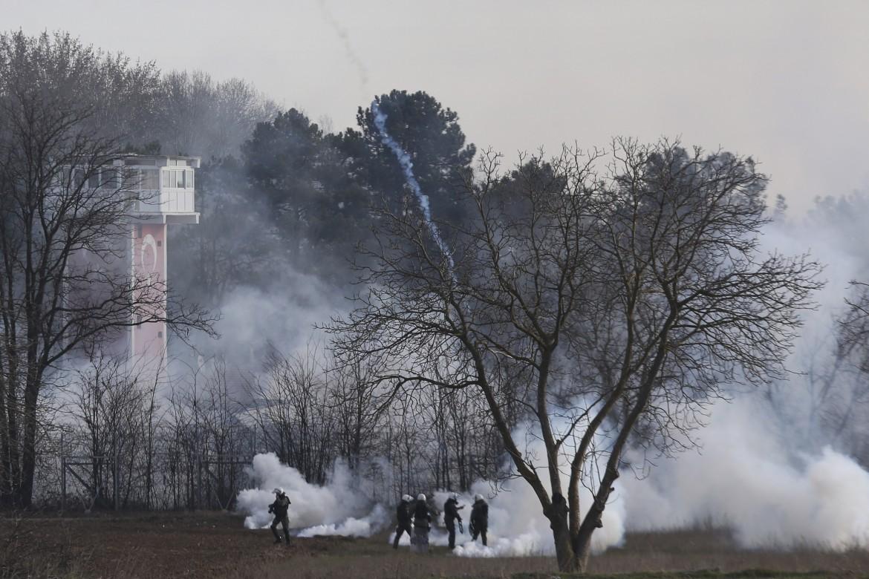 Lacrimogeni della polizia greca sui rifugiati al confine tra Grecia e Turchia