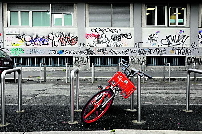 Milano. Graffiti sulle facciate del Liceo Leonardo Da Vinci