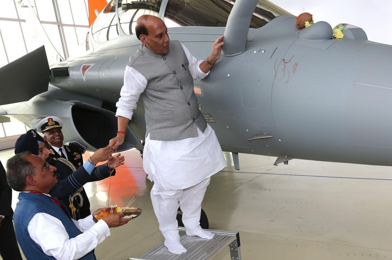 Rajnath Singh, ministro della Difesa indiano, «benedice» un jet appena acquistato dalla Francia