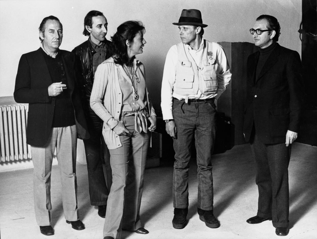 Da sinistra, Fabio Mauri, Lucio Amelio, Gabriella Lonardi, Joseph Beuys, Pasquale Trisorio, foto Elisabetta Catalano