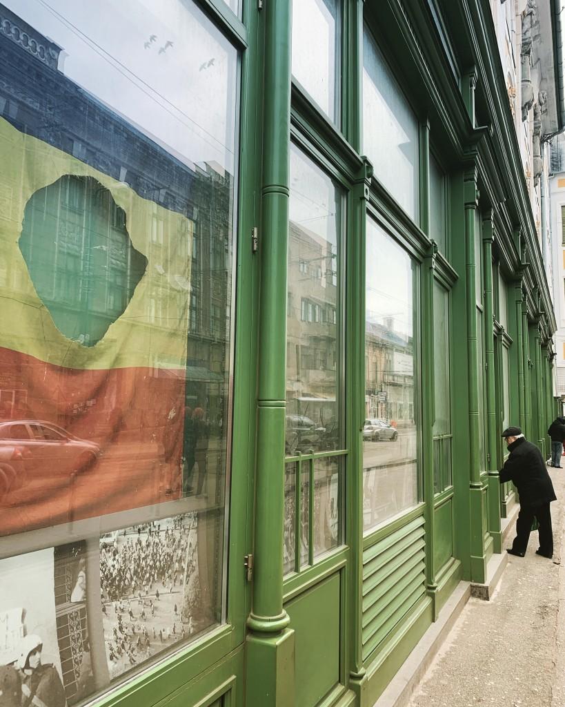Una bandiera con il buco, simbolo dell'insurrezione del 1989, in una vetrina del centro di Timisoara
