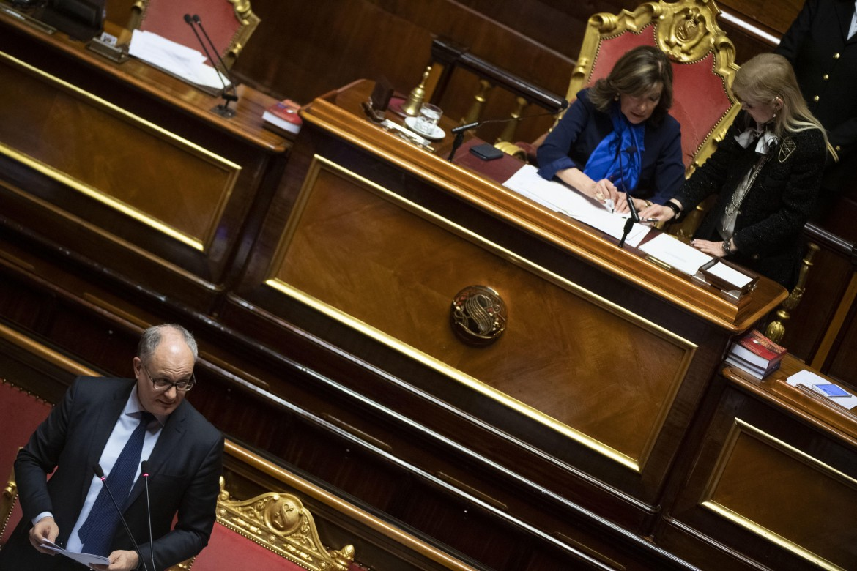 Il ministro dell'economia Roberto Gualtieri nell'aula del Senato